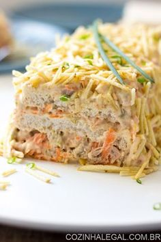 Torta fria de atum é um lanche rápido e muito fácil de preparar. Faça camadas com pão de forma e um delicioso recheio de pasta de atum com cenoura, milho verde e azeitona. | cozinhalegal.com.br