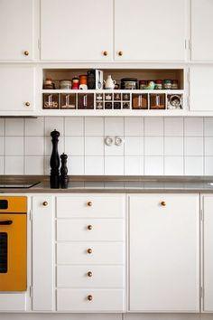 Kitchen inspiration from professional interior designers, and design that is interior architecture projects. Loft Kitchen, Kitchen Tiles, Home Decor Kitchen, Kitchen Interior, Home Kitchens, Kitchen Dining, Kitchen Cabinets, Kitchen Sink, Modern Retro Kitchen
