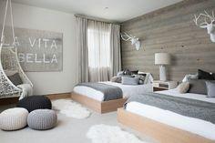 chambre-scandinave-double-gris-blanc-fauteuil-hamac-poufs-trophées