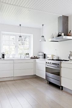 Don't feel limited by a small kitchen space. These 50 designs for kitchen island to inspire you to make the most of your own tiny kitchen. Maximize your kitchen storage and efficiency with these kitchen design ideas and kitchen cabinet design hacks. Kitchen Decor, Kitchen Inspirations, New Kitchen, Scandinavian Kitchen Design, Kitchen Flooring, Scandinavian Kitchen, Home Kitchens, Kitchen Dining Room, Kitchen Floor Tile