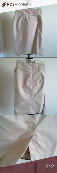 """OLD NAVY Khaki Pencil Skirt Size 0 OLD NAVY Khaki Pencil Skirt   Women's Size 0  Classic Tan Beige Khaki Color Lined  High Rise  Stretch from a Bit of Spandex Great Career Piece  Approx Meas. Lying Flat:  Waist 12"""" / Hips 16.5"""" / Length 22""""   SMOKE FREE HOME Old Navy Skirts Pencil"""