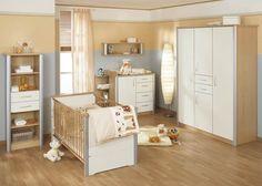 Habitación de bebé clásica con pared de varios colores