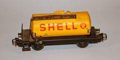 Vagó cisterna DB Shell: Maqueta de vagó cisterna DB Shell pel transport d'oli mineral. Vagó privat de la Deustche Shell AG. Enganxalls Relex amb eixos amb rodes per a contínua. Vagón cisterna DB Shell: maqueta de vagón cisterna DB Shell para el transporte de aceite mineral. Vagón privado de la Deustche Shell AG. Enganches Relex, ejes con ruedas para continuar.