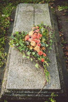 Piekny Source by katarzynaklenie Casket Flowers, Grave Flowers, Cemetery Flowers, Funeral Flowers, Funeral Floral Arrangements, Flower Arrangements, Christmas Arrangements, Christmas Centerpieces, Cemetary Decorations