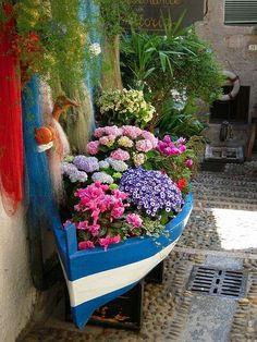 Floral boat in Isola Bella, Lago Maggiore, Italy THis would be nice to do somewhere on the front lawn here on the Island. Dream Garden, Garden Art, Side Garden, Garden Beds, Beautiful Gardens, Beautiful Flowers, Pot Jardin, My Secret Garden, Plantation