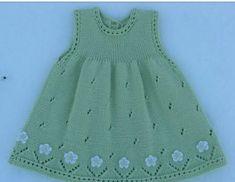 Vestido para niña, tejido con dos agплаььн Платье для девоски ujas, calado, con aplicaciones de flores tejidas a crochet, en el ruedo. Knit Baby Dress, Knitted Baby Clothes, Diy Crafts Knitting, Knitting For Kids, Baby Pullover, Baby Cardigan, Baby Dress Patterns, Baby Knitting Patterns, Diy Dress