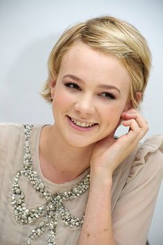 Carey Mulligan - slightly washed-out. This grey is probably more Soft Summer but it gives you an idea of the browned blend important in Soft seasons. Bob Hairstyles With Bangs, Pretty Hairstyles, Haircuts, Carey Mulligan Hair, Hot Hair Styles, Short Blonde, Mermaid Hair, Short Hair Cuts, Her Hair