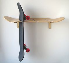 "Skateboard- and longboard rack ""Kimo"" Skateboard and Longboard Wall Mount by DeckRack on Etsy Skateboard Storage, Skateboard Decor, Skateboard Furniture, Skateboard Design, Skateboard Outfits, Skateboard Clothing, Skateboard Parts, Electric Skateboard, Ikea Deco"