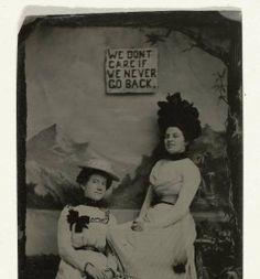 Portret van twee vrouwen, staand en zittend voor een geschilderd achtergronddoek (bergen) en de tekst WE DON'T CARE IF WE NEVER GO BACK, anoniem, c. 1870 - c. 1900 - Rijksmuseum