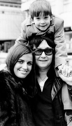 Roy Orbison with his wife Barbara and his son Wesley - London, April Popular Bands, Popular Music, Rock Artists, Music Artists, Travelling Wilburys, Jeff Lynne, Roy Orbison, 70s Music, Pop Rock Bands