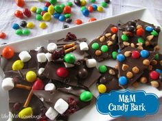 How to Make M&M Candy Bark - Simple & easy treat for gift giving! #BakingIdeas #shop #cbias