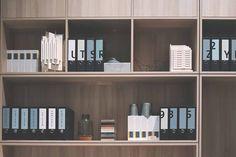 Tu aimerais ranger tes papiers et ne plus t'arracher les cheveux avec çamais tu ne sais pas comment faire? J'ai une super méthode de rangement à te... Diy And Crafts, Bookcase, Shelves, Organization, Ranger, Evernote, Home Decor, Lifestyle, Family Organizer