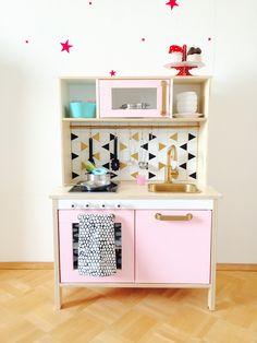 Die DUKTIG Kinderküche hat so ziemlich jedes Kind in unserem Bekanntenkreis. Sie ist nicht nur wunderschön sondern auch kompakt in den Abmessungen....