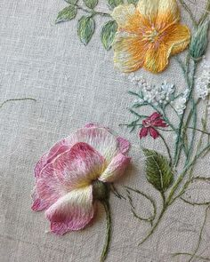 brazilian embroidery for beginners - Stickerei Ideen Hand Embroidery Videos, Hand Work Embroidery, Embroidery Flowers Pattern, Creative Embroidery, Hand Embroidery Stitches, Embroidery For Beginners, Crewel Embroidery, Embroidery Techniques, Ribbon Embroidery