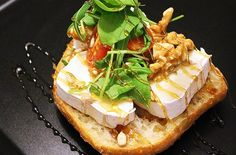 Hunajainen vuohenjuustoleipä Ciabatta, Cheesesteak, I Love Food, Food Inspiration, Camembert Cheese, Ethnic Recipes