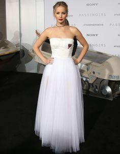 """Jennifer Lawrence en Dior à l'avant-première de """"Passengers"""" - Les plus belles robes de stars - Elle"""