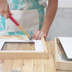 En octubre arranca taller de marcos 📐🔨 🙆 ¿que aprendemos en este taller? ✔ Conocemos las distintas varillas y vas a aprender a distinguir cual es la mas apropiada para tu marco dependiendo de tu imagen, el tamaño etc... ✔ vas a conocer todas las herramientas disponibles en el mercado(otras las podes hacer vos misma) para saber que necesitas y que no 😉 ✔A cortar las varillas con distintas herramientas(manuales y eléctricas) ✔A ensamblar los marcos de manera simple y practica dependiendo…