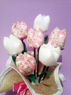 Feito em juta e tulipas de tecido. Outras opções de cores.  Ótimo presente para o dia das mães!!! Temos a pronta entrega!!!!