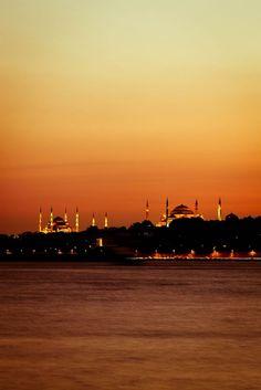 Otra perspectiva de la cautivadora Estambul, Turquía. | «Sunset over Blue Mosque (left) and Hagia Sophia (right)».