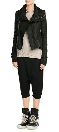 Wie Lederjacken diese Saison aussehen? Asymmetrisch, clean und feminin tailliert. Von Rick Owens #Stylebop