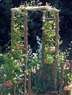 gartengestaltung kleine gärten, konstruktion aus holz dekoriert mit rosa blumen You are in the right place about Garden Design layout Here we offer you the most beautiful pictures about the Garden Des Garden Cottage, Diy Garden, Garden Trellis, Dream Garden, Garden Projects, Garden Landscaping, Landscaping Ideas, Rustic Landscaping, Tuscan Garden