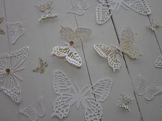 3D paper wall art butterflies --- 3D papieren vlinders in gebroken wit/ivoor met passend art deco design papier --- Leuk op de babykamer of als origineel cadeau
