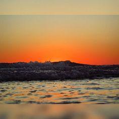 El sol se oculta tras las olas -Playa de Cortadura Cádiz- #Cadiz #Andalucia #España Buenas noches!!  by nonozz94