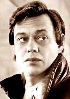 Николай  Караченцов. . Следом за провальным дебютом на артиста обрушилась целая череда блистательных ролей, которая неустанно пополнялась им вплоть до 2005 года, когда с Караченцовым случилась та страшная авария…