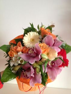 Bouquet elaborado con flores selectas, tonos suaves y dulces, orquídeas, rosas, astroemelia, gerbera i una presentación exquisita.No cobramos suplemento por envíos de mañana o de tarde.    GARANTIA Les flors de NúriaAtención al clientelesflorsdenuria@gmail.comTelf. 96 001 93 03