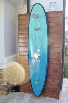 Surfboard Shower 28 Outdoor Shower Ideas with Maximum Summer Vibes Beach Cottage Style, Beach Cottage Decor, Coastal Decor, Coastal Living, Outdoor Pool Shower, Beach Shower, Outdoor Bathrooms, Beach Cottages, Beach Houses