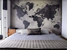 Стена комнаты украшена картой материков всего мира, что добавляет загадочности…