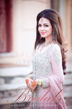 Designer Engagement Dresses For Indian Bride 2017 with the latest fashion trends to make you trendy look. These Designer Engagement Dresses are designed by Indian Traditions. Short Wedding Hair, Wedding Hairstyles For Long Hair, Elegant Hairstyles, Indian Hairstyles, Bride Hairstyles, Trendy Wedding, Natural Hairstyles, Pakistani Wedding Hairstyles, Pakistani Bridal Makeup