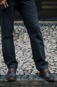 Blazer: Zara/Camisa: Zara/ Calça: Banana Republic/ Sapato: Duomo/ Lenço: J. Crew/ Óculos: RayBan