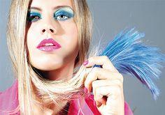 Las mechas de color son ideales para las más jóvenes. Las mayores de 40, pueden optar por el efecto desgastado que, a su vez, rejuvenece e ilumina la cara.