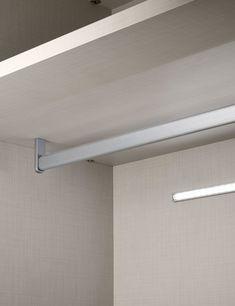 Planejados Suporte de cabideiro fixo na prateleira.  Design moderno que flexibiliza a movimentação da prateleira, permitindo alterações na altura sem perfurações nas laterais do armário.