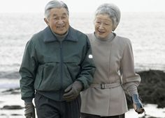 royalwtcher:  The Emperor and Empress of Japan took a walk on the beach in Hayama, February 2014