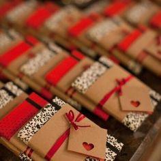 Um mimo estes caderninhos artesanais para oferecer como lembrancinha! 📓 Nestes, os noivos escreveram uma mensagem diferente em cada uma das 250 tags. É muito amor envolvido! 💖 {via @malaguetacraft website} #lembrancinhas #caderninhos #encadernacaoartesanal #festa #casamento #identidadevisual #weddingfavors #notebooks #bookbinding #party #wedding #visualidentity #armazeminspira
