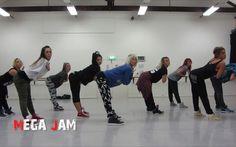 seriously doing this dance. i miss dancing! Wiggle by Mega Jam Australia 'Wiggle' Jason Derulo ft. Snoop Dogg choreography by Jasmine Meakin (Meg. Dance Workout Videos, Dance Videos, Dance Choreography, Dance Moves, Mega Jam, Hip Hop Dance Classes, Surprise Dance, Hip Pop, Hip Hop Videos