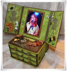 Mini-Kommode mit 3 Schubladen, Easel-Card-Bilderrahmen und Mini-Album ... Decorative Boxes, Album, Mini, Crafts, Home Decor, Dressers, Picture Frame, Cabinet Drawers, Creative