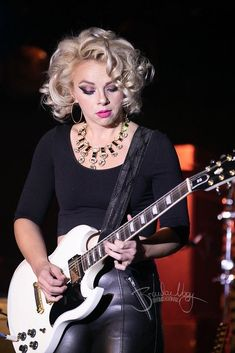 Heavy Metal Girl, Bonnie Tyler, Women Of Rock, Rocker Girl, Guitar Girl, Blues Artists, Female Guitarist, Music Photo, Best Cosplay