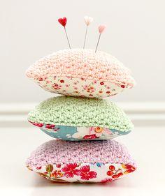 Haken combineren met naaien - Combining crochet and sewing Knit Or Crochet, Cute Crochet, Crochet Hooks, Pictures Of Presents, Crochet Pincushion, Diy Flower Crown, Face Painting Designs, Pin Cushions, Couture