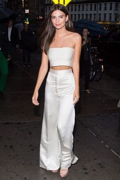 We have something of a girl crush... Emily Ratajkowski Look, Emily Ratajkowski Outfits, Vogue Fashion, Look Fashion, Fashion Outfits, Funky Fashion, Celebrity Style Casual, Celebrity Look, Classy Outfits
