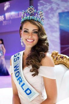 #miss Newly crowned Miss World 2014 Rolene Strauss (C) and her runners-up from Hungary and United States.