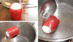 Stülpe über jedes Ei eine Ostereierfolie, am Besten funktioniert es, wenn du die dicke Eihälfte von oben in den Folienzuschnitt hineinplumsen lässt. Die in Folie eingehüllten Eier werden für wenige Sekunden in ein heißes Wasserbad gelassen. Sofort schmiegt sich die Folie perfekt ans Ei.