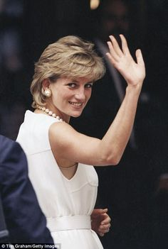 Royal wave: Princess Diana is seen above during a visit to Chicago Princess Diana Images, Royal Princess, Princess Of Wales, Princess Diana Rare, Meg Ryan, Sophie Marceau, Lady Diana Spencer, Julia Roberts, Romy Schneider