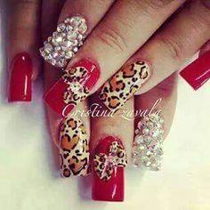 Uñas rojas con animal print