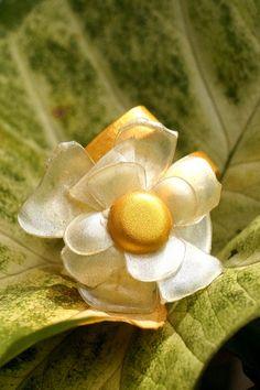 Bague art fleur artisanale nacrée montée sur un anneau aluminium doré ajustable. Une pièce unique faite main. Creations, Unique, Adjustable Ring, Jewelry Designer, Art Crafts, Ring
