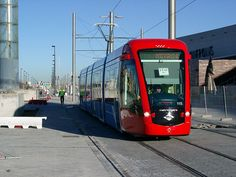 Metro Ligero, en Madrid, España. Mode Of Transport, Public Transport, Madrid Metro, Speed Training, Light Rail, Locomotive, Railroad Tracks, Transportation, Trains