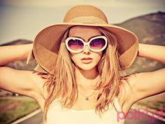 девушка в белых солнечных очках