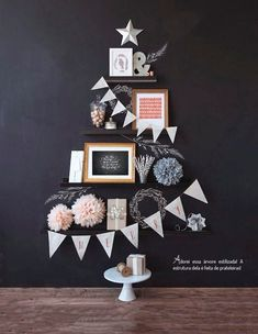 Versier de woonkamer met een kerstboom aan de muur - Roomed | roomed.nl